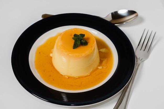 Köstliches typisches südamerikanisches dessert namens flan, hergestellt aus eiern, milch, vanille und mit karamell gewürzt. ethnisches essen und konzept für heißes essen.