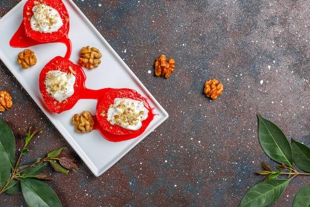 Köstliches und gesundes quitten-dessert, traditionelle türkische süßigkeiten, draufsicht