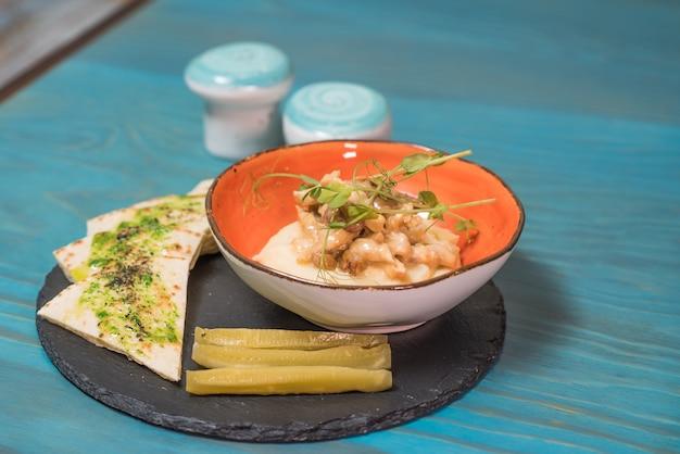 Köstliches und herzhaftes stroganoff vom rind mit huhn Premium Fotos