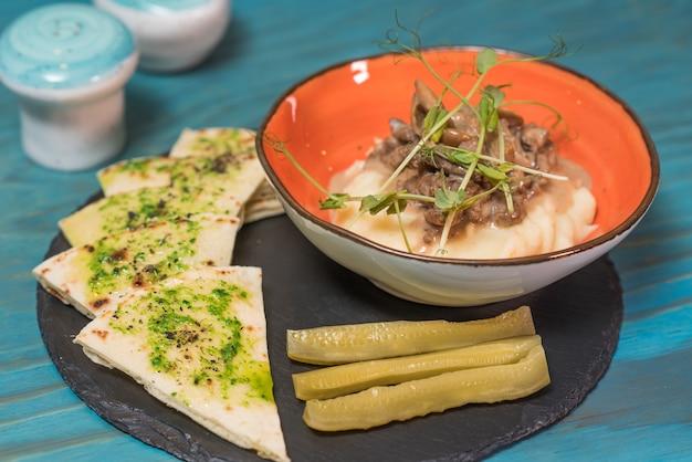 Köstliches und herzhaftes stroganoff vom rind mit kalbfleisch Premium Fotos