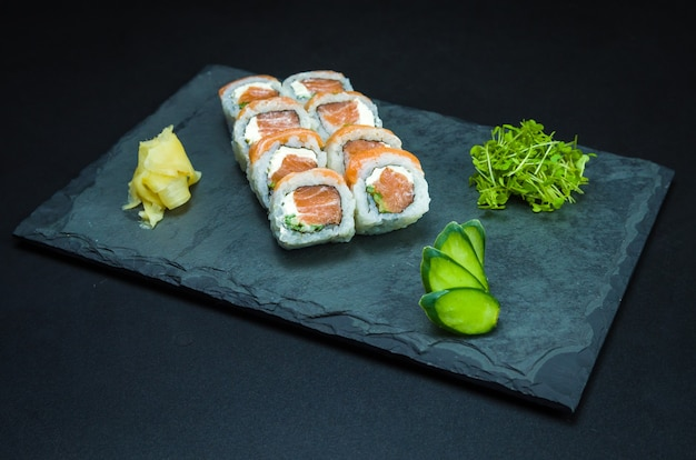 Köstliches uramaki auf schieferplatte