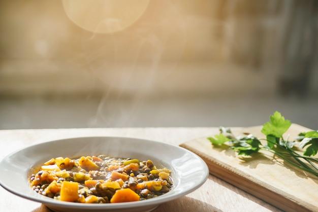 Köstliches vegetarisches essen auf platte