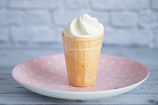 Köstliches weißes cremiges eis in einem knusprigen waffelbecher. süßes kaltes dessert.