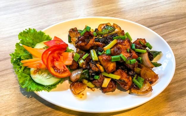 Köstliches würziges szechaun brathähnchen in kathmandu nepal