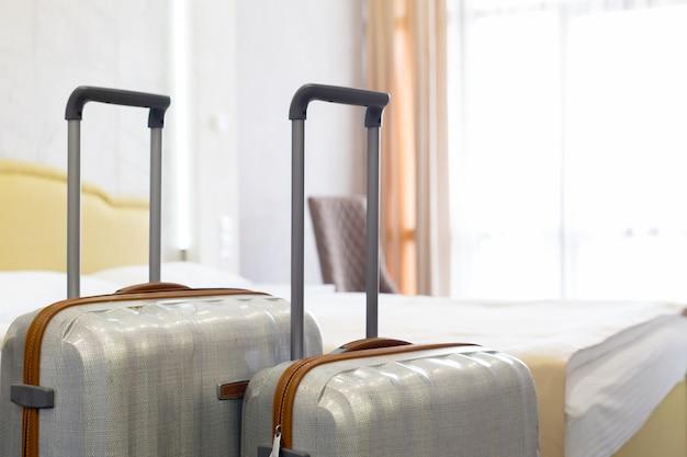 Koffer oder gepäcktasche in einem modernen hotelzimmer