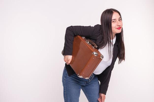 Koffer-, reise- und personenkonzept. asiatische frau, die alten braunen koffer auf weiß mit kopienraum hält
