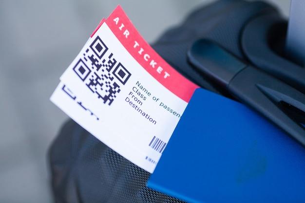Koffer und bordkarte am flughafen
