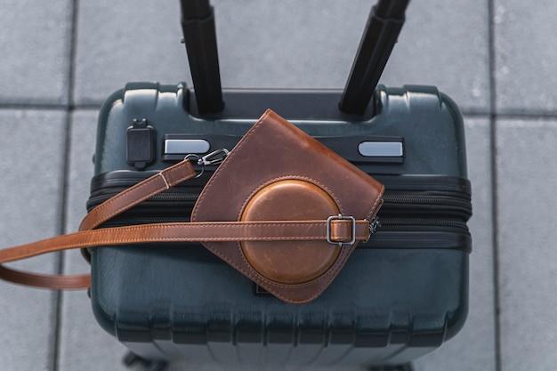 Koffer und retro-kamera in ledertasche