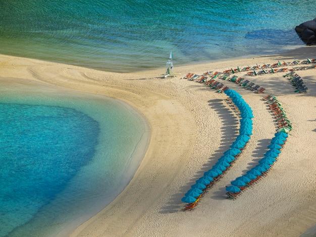 Koh tao mit sonnenschirm mit sand