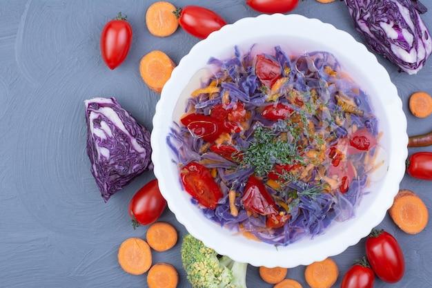 Kohl-chili-suppe mit zutaten auf der blauen oberfläche