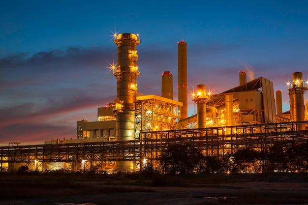 Kohlestrom-umspannwerk schornstein und kraftwerk schöner dämmerungssonnenuntergang