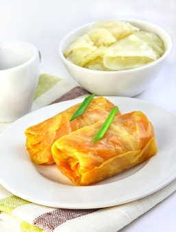 Kohlrouladen gefüllt mit fleisch und gemüse