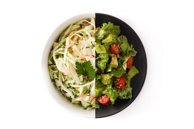 Kohlsalat- und avocadosalatmontage lokalisiert auf weißer oberfläche