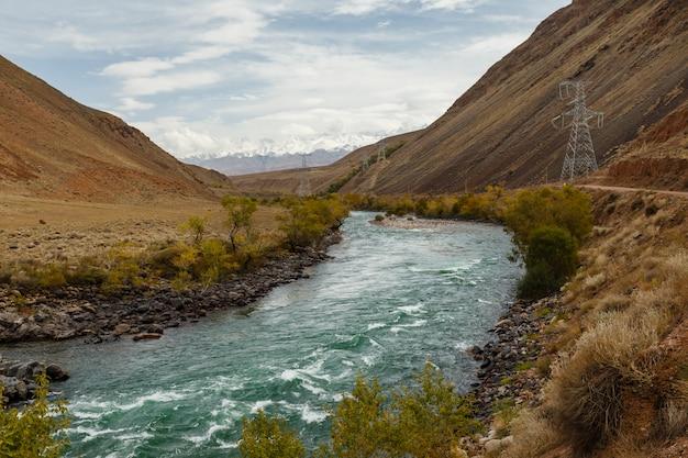 Kokemeren fluss, aral, jumgal bezirk, kirgisistan, straße und stromleitungen in der schlucht
