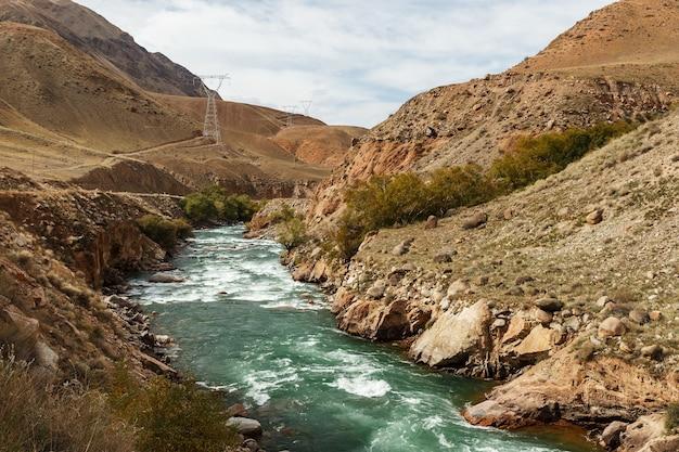 Kokemeren-fluss, gebirgsfluss in der region naryn in kirgisistan.