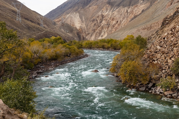 Kokemeren-fluss in der region naryn in kirgisistan. bergfluss in der schlucht