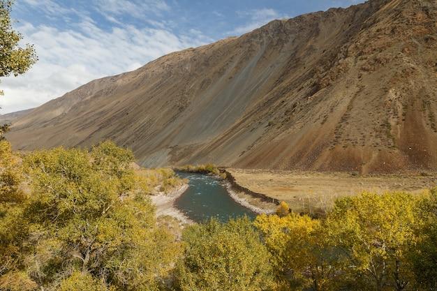Kokemeren-fluss, kyzyl-oi kirgisistan, gebirgsfluss, herbstlandschaft