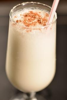Kokos-cocktail mit zimt und kristallzucker