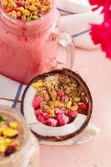 Kokos-joghurt mit getreidefreiem paläo-müsli aus gemischten nüssen