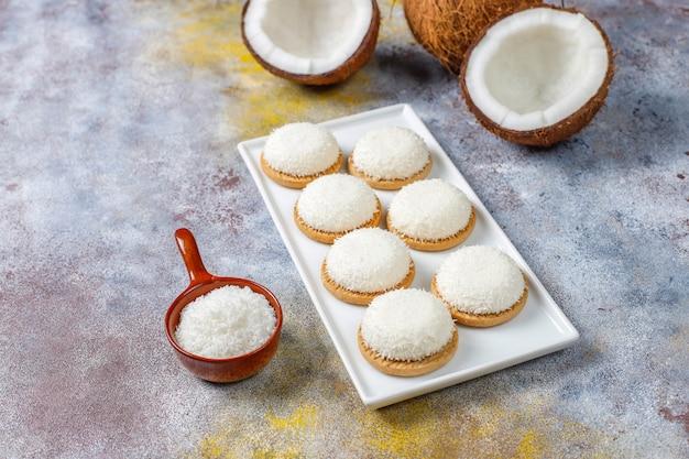 Kokos-marshmallow-kekse mit halber kokosnuss, draufsicht