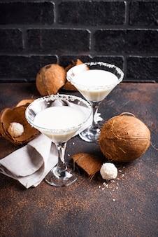 Kokos-martini oder margarita. alkoholischer cocktail