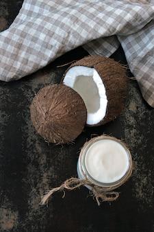 Kokosjoghurt und kokosnuss. veganer joghurt. keto-diät.