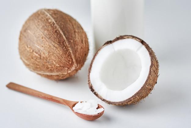 Kokosmilch in der glasflasche und in den frischen kokosnüssen