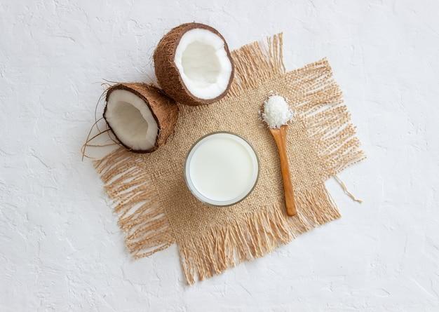 Kokosmilch und frische kokosnüsse. vegetarisches essen. gesundes essen.