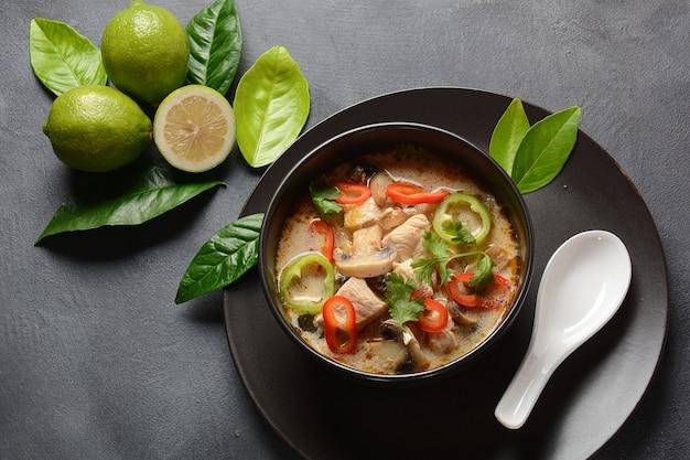 Kokosmilchsuppe nach thailändischer art - tom kha gai mit hühnchen