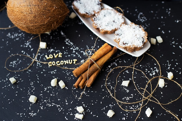 Kokosmuffins auf einem schwarzen hintergrund