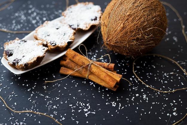 Kokosmuffins auf einer schwarzen oberfläche