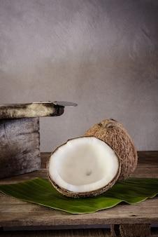 Kokosnüsse auf bananenblatt- und kokosnussreibe