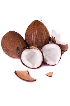 Kokosnüsse auf weiß