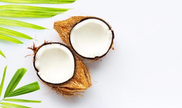 Kokosnüsse auf weißem hintergrund. ansicht von oben