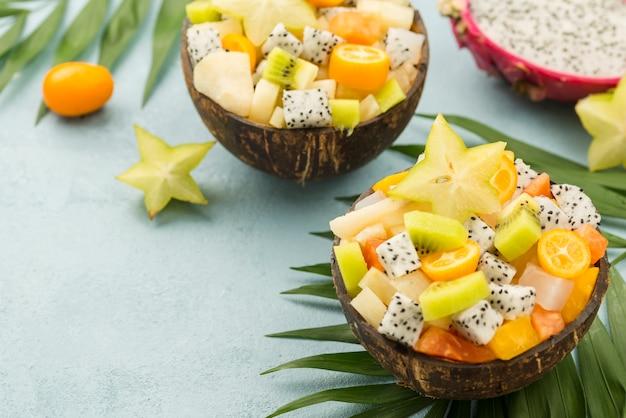 Kokosnüsse gefüllt mit obstsalat und joghurt