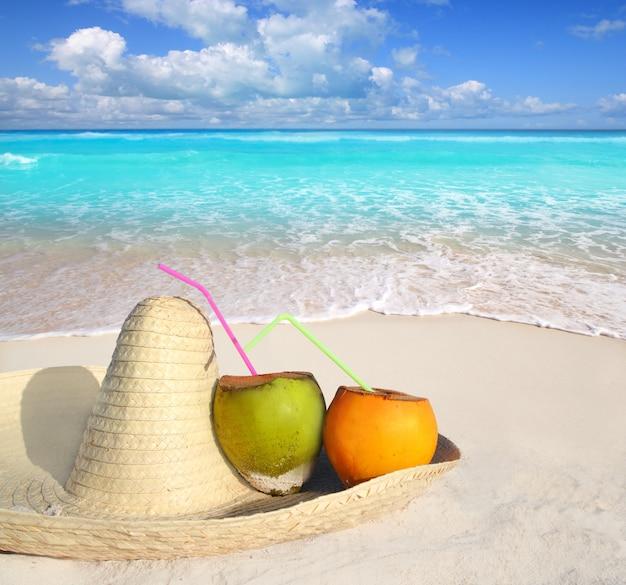 Kokosnüsse im karibischen strand auf mexiko-sombrerohut
