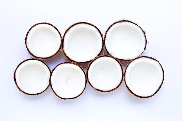 Kokosnüsse lokalisiert auf weißem hintergrund.