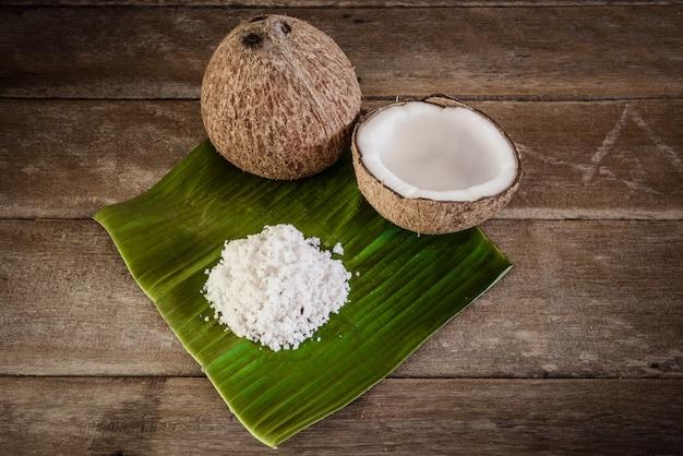 Kokosnüsse und kokosflocken auf bananenblatt
