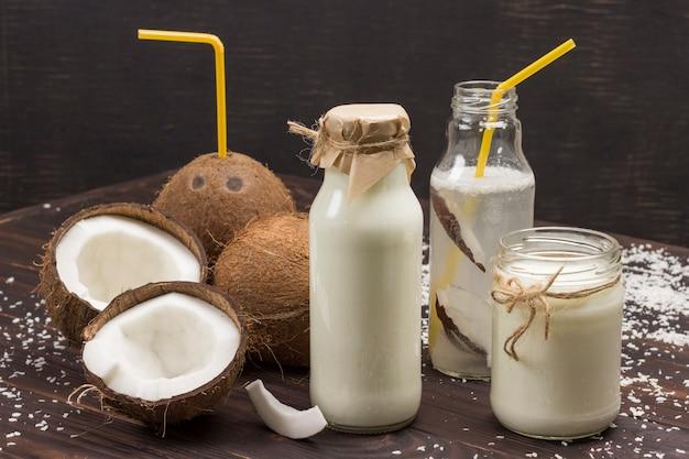 Kokosnüsse und kokosflocken, kokosnussgetränk.