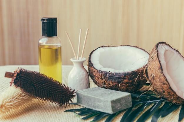 Kokosnüsse und pflanzenkegel
