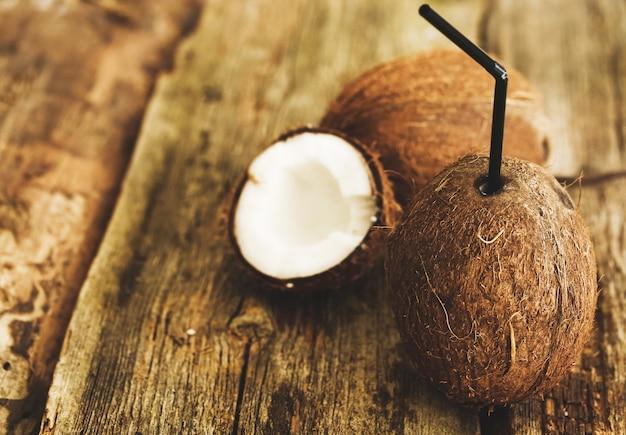 Kokosnuss auf dem tisch