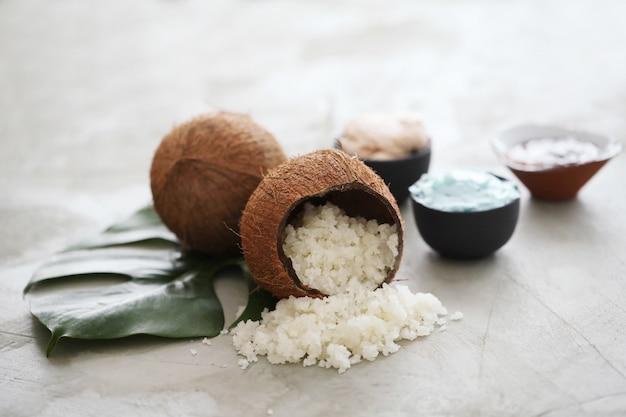 Kokosnuss auf heller marmoroberfläche