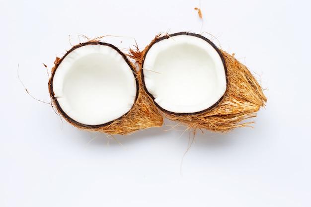 Kokosnuss auf weißem hintergrund. ansicht von oben