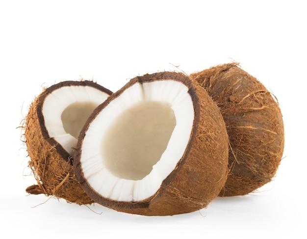 Kokosnuss beinahe eingeschnitten auf weiß