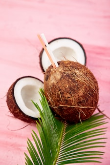 Kokosnuss-cocktail. sommerferien-getränkkonzept, tropische cocktails