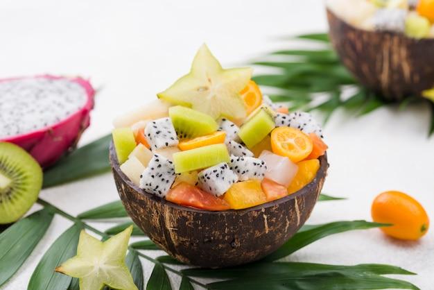 Kokosnuss gefüllt mit obstsalat hohe ansicht