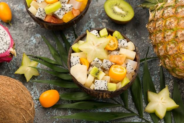 Kokosnuss gefüllt mit obstsalat und kiwis