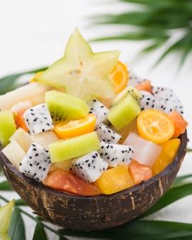Kokosnuss gefüllt mit obstsalat