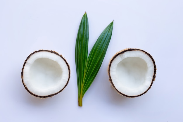 Kokosnuss mit blatt auf weißem hintergrund.