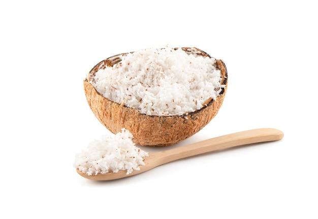 Kokosnuss mit der hälfte lokalisiert auf weißem hintergrund mit beschneidungspfad